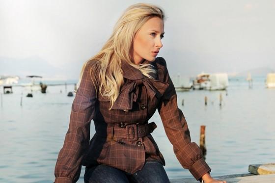Легкая женская куртка с бантом