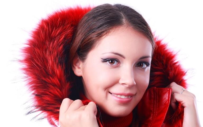 Красивая красная куртка с капюшоном