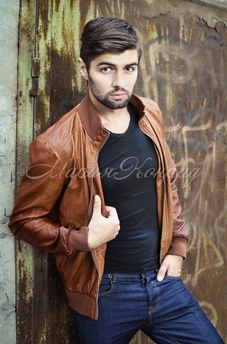Модные коричневые кожаные куртки