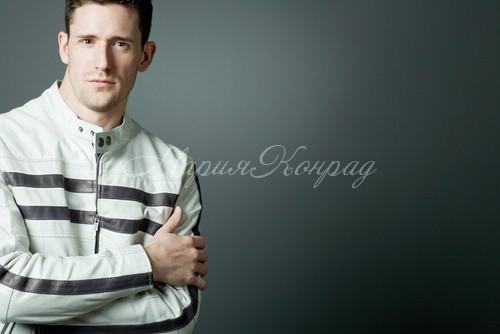 Стильная мужская белая куртка
