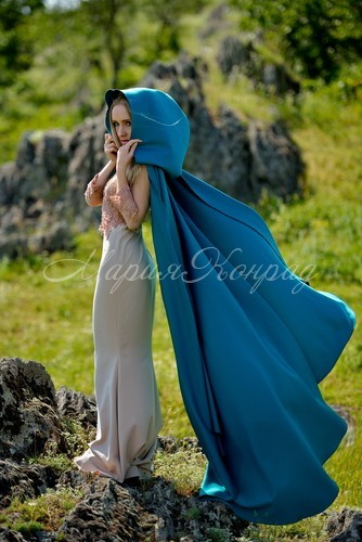 Модный синий плащ