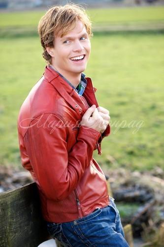 Модные цветные кожаные куртки