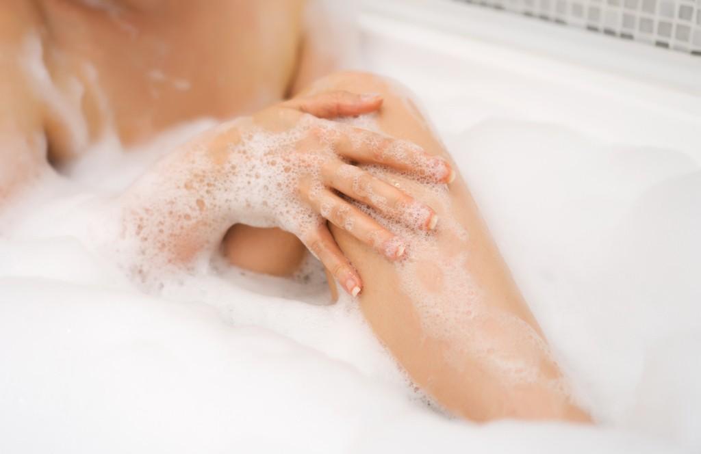 Крем для депиляции наносим на ножки в ванне